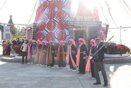 Cuộc thi múa khèn, tâm điểm của lễ hội khèn hoa năm nay do khu du lịch Sun World Fansipan Legend tổ chức quy tụ sáu đội khèn xuất sắc với 60 nghệ nhân từ các xã Sa Pa và khu vực lân cận như Hà Giang, Lai Châu, Điện Biên, Sơn La, Yên Bái&  Lễ hội khèn hoa và cuộc thi múa khèn đã diễn ra đến năm thứ 3, quy tụ những nghệ nhân khèn khắp vùng Tây Bắc, đem đến cho họ một sân chơi, một cơ hội để được mang tiếng khèn điệu múa vùng cao đến với du khách cả nước.