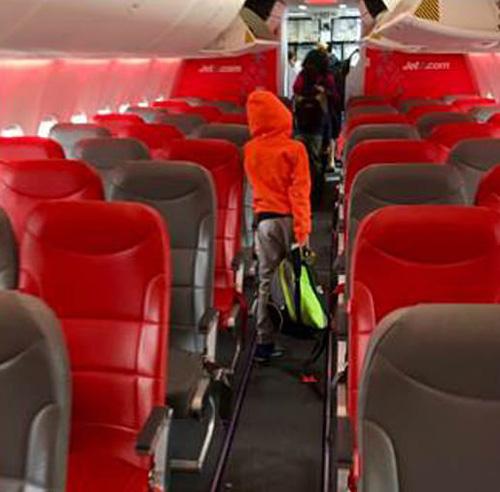Ian Anderson đã chụp lại cảnh hành khách phải rời máy bay và đăng lên trang cá nhân. Ảnh: Twitter.