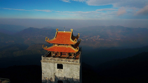 Đặt trên trục chính của Bích Vân Thiền Tự, đài gác Đại Hồng Chung còn có tên gọi là Vọng Lĩnh Cao Đài, giúp du khách mở rộng tầm nhìn. Công trình cao 35m, gồm 5 tầng, có bố cục thẳng đứng với lầu chuông tám mái, tương tự nét kiến trúc điển hình ở các ngôi cổ tự nổi tiếng miền Bắc như chùa Tây Phương, chùa Bút Tháp, chùa Keo...