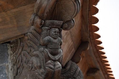 Các đường nét, chi tiết trang trí mái chùa được chế tác theo hình mẫu từ các di chỉ thành Thăng Long, làm bằng gỗ mộc hoặc đất nung có tráng men đồng để đủ sức chống chọi với điều kiện thời tiết khắc nghiệt trên khu vực đỉnh nhưng đồng thời, vẫn gìn giữ phát huy được nét đẹp giản dị mà tinh tế của kiến trúc cổ truyền.