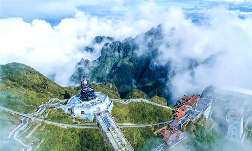 Cổng tam quan Thanh Vân Đắc Lộ, Bích Vân Thiền Tự và Vọng Lĩnh Cao Đài cũng là những điểm đến đầu tiên dẫn lối du khách vào hành trình chiêm bái trên đỉnh trời Đông Dương.