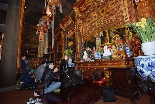 Bên trong công trình, ở vị trí trung tâm là Đại Hùng Bảo Điện, nơi quy tụ nhiều pho tượng Phật do các nghệ nhân tạc tượng nổi tiếng của Việt Nam chế tác. Phong cách bài trí tượng trong chùa tuân thủ nghiêm ngặt quy định của thiền phái Bắc tông. Đặc biệt, trong các ngày rằm, mồng Một, các dịp lễ Tết, đây là điểm đến thiền tịnh, cầu an linh thiêng của tín đồ Phật tử cùng du khách thập phương.