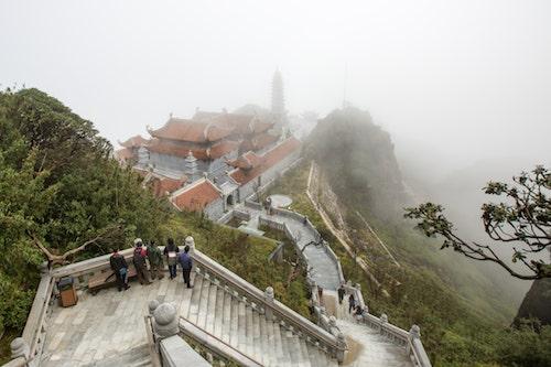 Kim Sơn Bảo Thắng Tự là công trình mang kiến trúc của một ngôi chùa cổ nằm cheo leo trên đỉnh núi, dáng chùa tiệp với màu xanh của đại ngàn, khi ẩn hiện giữa màn sương đẹp.