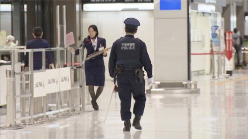 Nữ hành khách Việt bỏ đi khi đang làm thủ tục nhập cảnh. Ảnh: NHK.