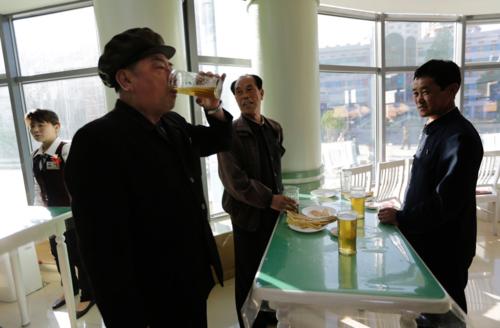 Bên trong một quán bar ở Bình Nhưỡng. Người dân chủ yếu uống bia và đồ nhắm. Ảnh: BI.