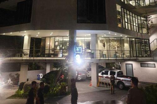 Cảnh sát và xe cứu thương có mặt ngay tại hiện trường sau khi một du khách ngã từ trên cao xuống. Ảnh: Bangkok Post.