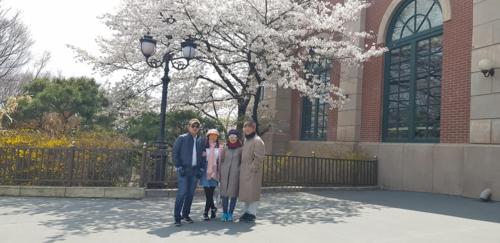 Du khách tham quan Hàn Quốc mùa hoa anh đào cùng Tugo. Ảnh: Tugo.
