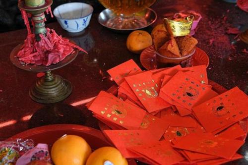Một số đền thờ khác tại Singapore cũng có truyền thống đặt bao lì xì cho khách tùy ý lấy, tuy nhiên giới hạn số lượng. Ảnh:Mark Cheong.