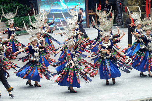 Đến Quý Châu, bạn không thể bỏ qua Thiên hộ Miêu trại - làng của tộc người Miêu lớn ở Trung Quốc. Ảnh: klook.