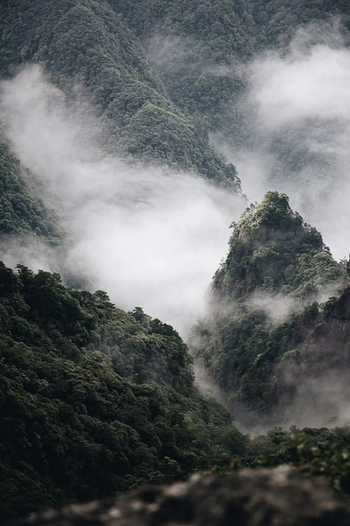 Du khách có thể ngắm nhìn toàn cảnh nét đẹp hùng vĩ của nhiều ngọn núi thiêng ở Quý Châu. Ảnh: whc.unesco.org.