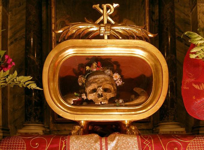Bên trong nhà thờ 1.200 tuổi đặt hộp sọ thánh Valentine ở Italy