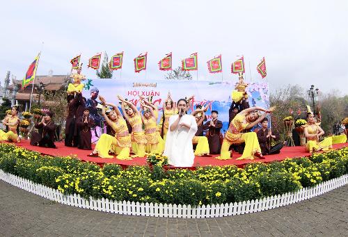 Kéo dài đến hết 8/3, lễ hội tại Sun World Fansipan Legend còn thỏa lòng các Phật tử với những chương trình biểu diễn tâm linh thú vị có trong khu vực như Thiên Phú Quan Thế Âm Bồ Tát, phát quà tặng tâm linh cầu an&
