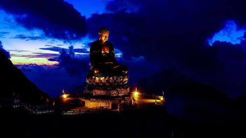 Xá lợi Phật được cất giữ trong tháp pha lê lưu ly 7 tầng, đặt trang trọng trong lòng Đại Tượng Phật A Di Đà  pho tượng Phật bằng đồng cao nhất Việt Nam