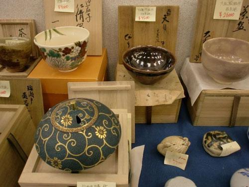 Chợ trời đồ cổ Heiwajimachỉ diễn ra năm lần một năm. Đây là chợ đồ cổ lâu đời nhất và nổi tiếng nhất Nhật Bản, với 280 gian hàng. Ngoài những món đồ cổ, du khách cũng có thể tìm mua được nhiều mặt hàng mới với mẫu mã phong phú. Chợ nổi tiếng về các mặt hàng gốm sứ, thường tụ họp trước ga Ryuutsusentaa.Ảnh: Explore Japanese Ceramics.