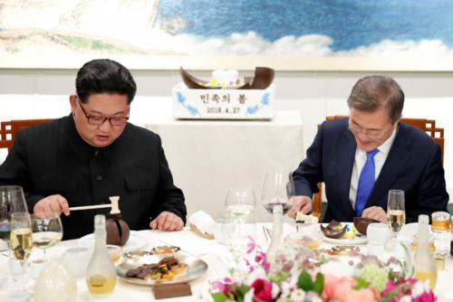 Lãnh đạo Triều Tiên Kim Jong-un cùng Tổng thống Hàn Quốc Moon Jae-in ăn tráng miệng với bánh mousse xoài trong bữa tiệc tại nhà Hòa Bình, làng đình chiến Panmunjom  trong khuôn khổ cuộc gặp thượng đỉnh vào 27/4/2018. Ảnh: AFP.