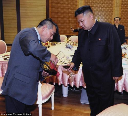 Kenji Fujimoto (trái) từng được mời đến thủ đô Bình Nhưỡng vào năm 2012 và ăn tối cùng lãnh đạo Kim Jong-un. Do quá say, ông Fujimoto chỉ nhớ bàn yến tiệc có vây cá mập và bít tết bò Kobe. Ảnh: Michael Thomas Collect.