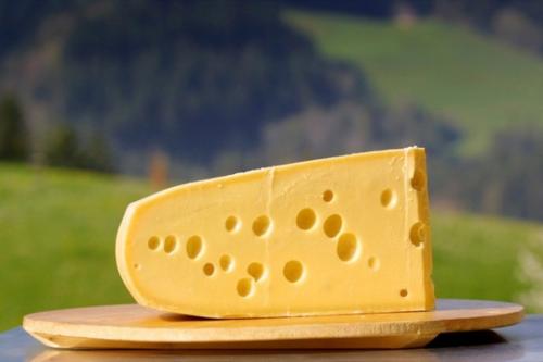 Pho mát Emmental hơi rắn, màu vàng với nhiều lỗ tự nhiên và có mùi nhẹ, hơi ngậy vị bơ hoặc một số người còn cho rằng nó có vị trái cây. Ảnh: Travenix.