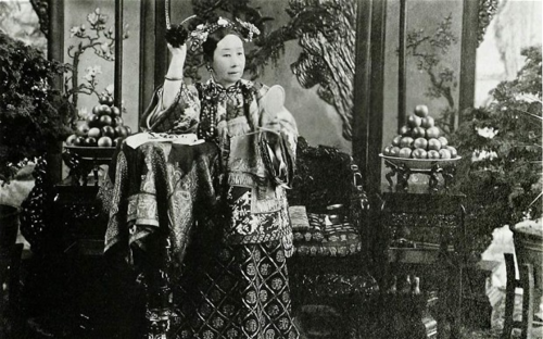 Từ Hi Thái hậu (1868 - 1913) trở thành Hoàng thái hậu dưới thời vua Phổ Nghi - Hoàng đế thứ 12 và cũng là Hoàng đế cuối cùng của triều Thanh và Trung Quốc. Ảnh: Freer Sackler Gallery Archives.