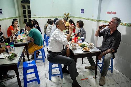 Bún chảTrong thời gian ở Hà Nội vào tháng 5/2016, dù lịch trình dày đặc, cựu Tổng thống Mỹ Obama vẫn dành thời gian đi ăn với đầu bếp Anthony Bourdain.Họ dùng hai suất bún chả và hai chai bia Hà Nội trong một quán ăn ở quận Hai Bà Trưng. Đây không chỉ là một bữa tối bình thường mà còn là buổi ghi hình cho Part Unknows - một show truyền hình về ẩm thực của đầu bếp danh tiếng người Mỹ.Ảnh:Facebook Anthony Bourdai.