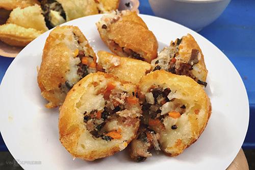 Bánh rán vàng ươm giòn bên ngoài, nóng bên trong, có giá thành rẻ.
