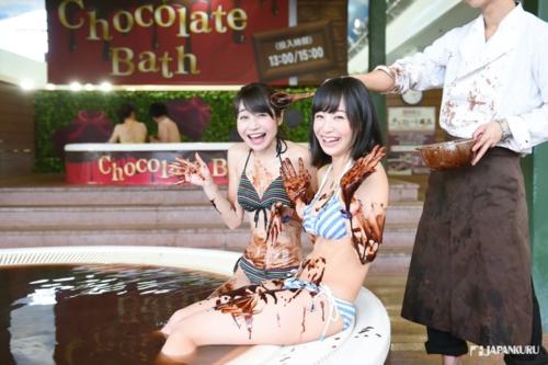 Vào 13h và 15h, nhân viên resort sẽ đổ một lít chocolate vào bể tắm nước nóng. Ảnh: Japankuru.