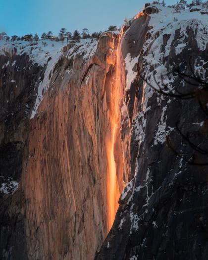 Thác Đuôi Ngựa (Horsetail) trở nên sống động khi mặt trời lặn ngày 20/2, bởi ánh sáng chiếu vào thác nước ở đúng góc độ sẽ tạo ra ảo ảnh về một dòng nham thạch chảy xuống núi. Ảnh: Connor Morris/Instagram.