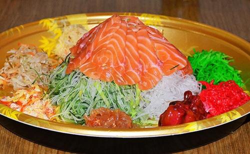Món salad có tên là Yu Sheng sẽ được phục vụ trong các dịp Tết Nguyên Đán để đảm bảo cho một năm mới giàu sang. (Ảnh: Thebestsingapore.com)