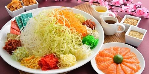 Nguồn gốc của món Yu Sheng xuất phát từ Trung Hoa cổ, một số truyền thuyết kể rằng nó được tạo ra bởi một cặp vợ chồng với nguyên liệu cá và giấm trong suốt nạn bão lũ. (Ảnh: HotelJen)