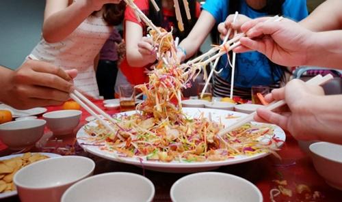 Các thành phần trong món Yu Sheng đều có ký tự giống như việc gấp đôi may mắn trong ngôn ngữ Trung Hoa. (Ảnh: Thehoneycombers)