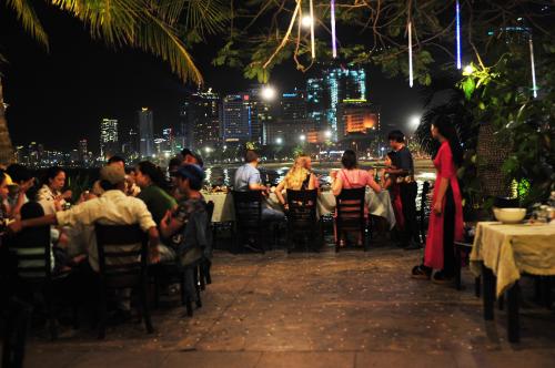 View nhà hàng về đêm cũng rất lung linh và lãng mạn.  Nào, còn chần chờ gì nữa, hãy sạc đầy pin điện thoại hoặc máy ảnh và đến check-in bãi rêu xanh tại nhà hàng Nha Trang View liền tay nhé.