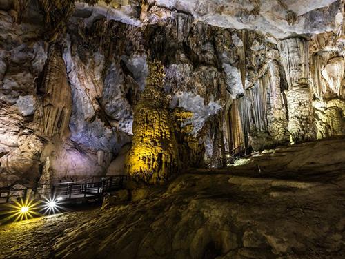 Vườn quốc gia Phong Nha - Kẻ Bàng là nơi có núi đá vôi và hang động cổ nhất châu Á có niên đại hơn 400 triệu năm với khoảng 104 km hang động, sông ngầm. Ảnh: Lavozdelmuro.