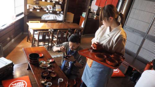 Thực khách này đã ăn hết 62 bát wanko soba. Ảnh: Karla Cripps/CNN.