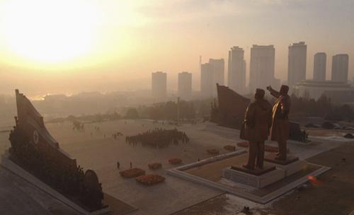 Tượng đài của các vị lãnh đạo kính mến tại Pyongyang, Triều Tiên. (Ảnh: Business Insider)