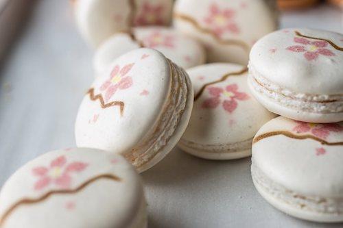Món macaron phủ màu hồng cùng hương hoa anh đào không thể thiếu vào mùa xuân ở Nhật Bản. Ảnh: Great British Chefs.