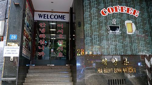 Quán ăn nằm xen giữa hàng chục nhà hàng Hàn Quốc trên đường Nguyễn Thị Định, Trung Hoà. Từ bên ngoài, thực khách dễ dàng nhận ra sự khác biệt bởi dòng chữ Triều Tiên được ghi trên cửa kính.