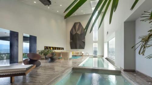 Bể bơi riêng trong phòng Tổng thống, khách sạn InterContinentalở Mexico. Ảnh: CNN.