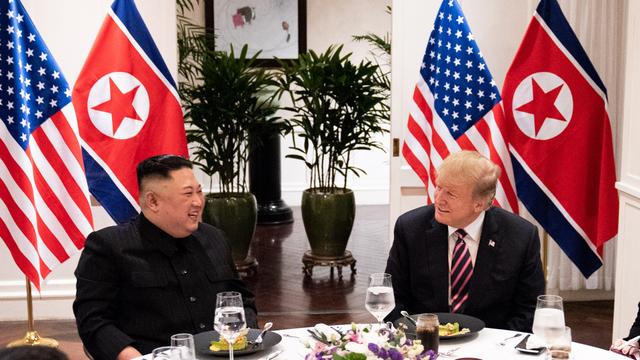Sau khi trò chuyện khoảng 20 phút, hai nhà lãnh đạo Mỹ - Triều cùng bắt đầu dùng bữa cùng các cố vấn cao cấp. Ảnh:Nhà Trắng.