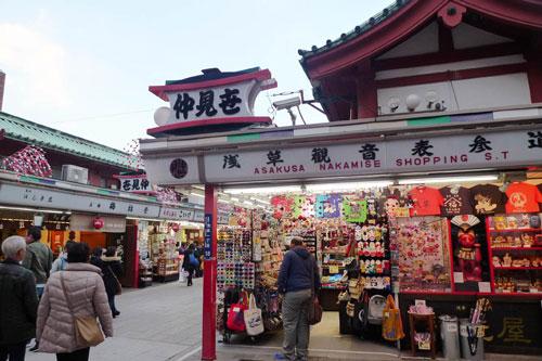Chợ đêm Asakusa có khoảng 100 gian hàng, bày bán nhiều loại đồ dùng phong phú. Nơi đây thường tấp nập vào đêm, các quầy hàng cũng được sắp xếpngăn nắp. Nằm trong khu phố cổ,Asakusa là một trong những chợ đồ cũ nhất định phải ghé khi đến Nhật Bản. Gần chợ cũng có nhiều điểm du lịch nổi tiếng nhưđền Senso ji, trung tâm mua sắm Nakamise hay nhà thuyền sông Sumida để du khách kết hợp tham quan, mua sắm.Ảnh: MMalkavian.