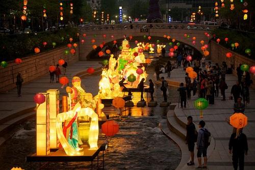 Đến Hàn vào tháng 5 với lễ hội lồng đèn hoa sen nổi tiếng. Ảnh: BizBash.