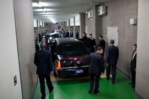 Obama đi bộ tới chiếc limousine của tổng thống trước khi rời Suntory Hall trên đến khách sạn Okura ở Tokyo năm 2009. Ảnh: Pete Souza/Nhà Trắng.