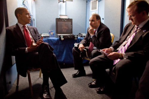 Obama trò chuyện với cố vấn cấp cao David Axelrod (giữa) và thư ký báo chí Robert Gibbs tại khách sạn ở Moskva, 2009. Ảnh: Pete Souza/Nhà Trắng.