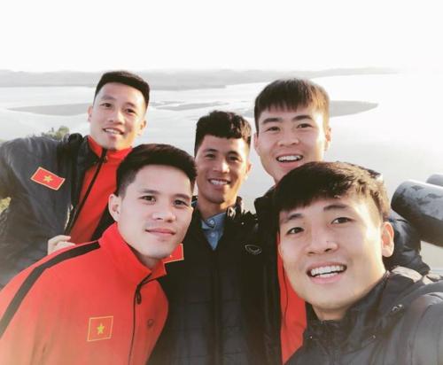 Các cầu thủ Việt Nam chụp ảnh tại đài quan sát thống nhất Odusan vào tháng 10/2018, phía xa là lãnh thổ Triều Tiên. Odusan Unification là điểm tham quan giáo dục tốt nhất tại Hàn Quốc về mong ước nối lại hoà bình trên bán đảo Triều Tiên. Vé vào cửa có giá 1.600 won cho sinh viên (hơn 32.000 đồng), 3.000 won cho người lớn (hơn 60.000 đồng). Ảnh:IG.