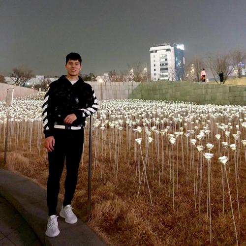 Đình Trọngchụp ảnh tại khu vườn trồng hàng chục nghìn bông hồng đèn LED trong khuôn viênDDP - công trình do kiến trúc sư nổi tiếng thế giới Zaha Hadid thiết kế. Ảnh: Trần Đình Trọng.