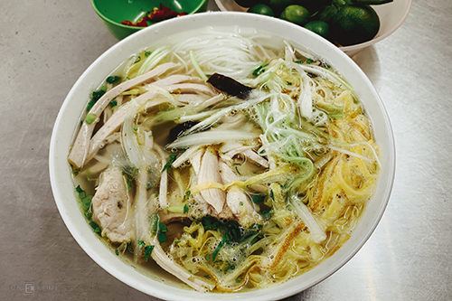 Bún thangNói đến đặc sản chính gốc lâu đời ở Hà Nội không thể không nhắc đến bún thang. Người Hà thành đã khéo léo chế biến những thực phẩm thừa sau dịp tết thành một món bún cầu kỳ nhưng thanh cảnh, tinh tế. Theo các nhà nghiên cứu ẩm thực,