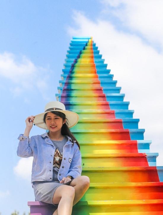 Khách xếp hàng chụp ảnh với nấc thang 'lên thiên đường' ở Sài Gòn
