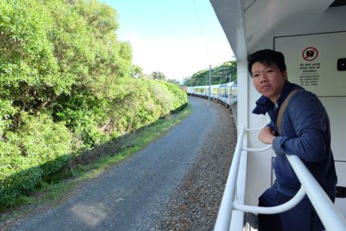 Anh Khoa trên chuyến tàu từ Bắc xuống Nam Đảo Bắc đi qua những cảnh quan đặc trưng của New Zealand như rừng xanh, đồng cỏ... Mọi thứ đều rất sạch. Ảnh: Dy Khoa.