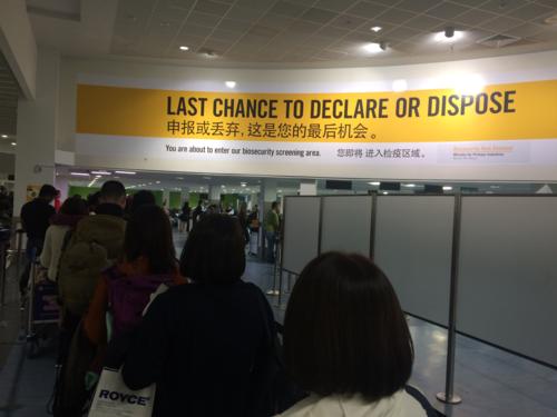 Lối đi vào Declare cho những hành khách mang theo thực phẩm, trang phục thể thao... cần được kiểm tra. Ảnh: Dy Khoa.