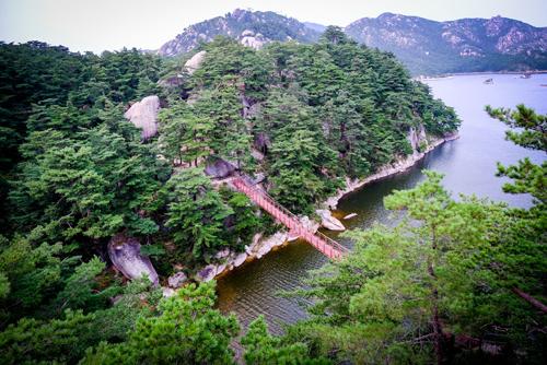 Núi Kumgang - ngọn núi nổi tiếng bậc nhất của Triều Tiên.