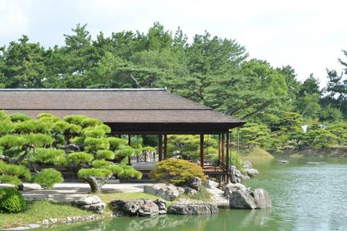 Hiện, để đến Takamatsu, hành khách có thể đi theo tour bay charter, bay thẳng bằng máy bay thuê bao trọn gói. Tuy nhiên, hình thức này đang ngày càng được ưa chuộng, giúp du khách tiết kiệm tới 30% so với chi phí tour thông thường, lại ưu tiên về thủ tục xuất nhập cảnh. Tour Takamatsu - Kobe - Osaka - Kyoto – Nara 6 ngày, khởi hành 27/4 có giá trọn gói chỉ 28,5 triệu cho một người.