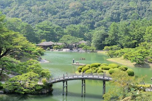 Khu vườn xanh tĩnh lặng Ritsurin thuộc thành phố Takamatsu, trước đây tạp chí Michelin Tourist Guide bình chọn là một trong bốn khu vườn nổi tiếng nhất của Nhật Bản. Du khách có thể đi bộ và đi thuyền vòng quanh ngắm các hòn đảo nhỏ, cây cầu cong và mái nhà gỗ truyền thống đặc trưng của xứ sở phù tang.